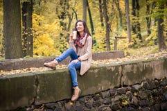 Muchacha que se sienta en la piedra Imagen de archivo libre de regalías
