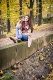 Muchacha que se sienta en la piedra Foto de archivo libre de regalías