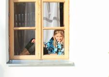 Muchacha que se sienta en la ventana Fotos de archivo libres de regalías