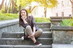 Muchacha que se sienta en las escaleras Fotografía de archivo libre de regalías