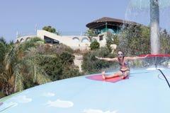Muchacha que se sienta en piscina mojada del juego de la burbuja Imágenes de archivo libres de regalías