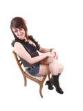 Muchacha que se sienta en silla. Fotografía de archivo libre de regalías