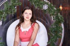 Muchacha que se sienta en silla del abeto Foto de archivo