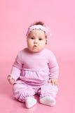 Muchacha que se sienta en sitio Foto de archivo libre de regalías