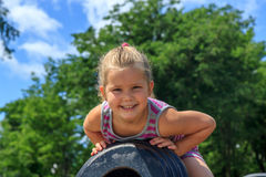 Muchacha que se sienta en un cañón Fotos de archivo