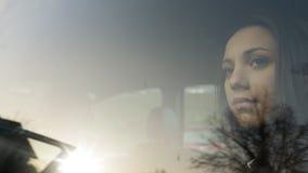 Muchacha que se sienta en un coche Imagenes de archivo