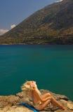Muchacha que se sienta en una roca imagen de archivo