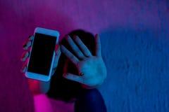 Muchacha que se sienta excesivamente en el teléfono en casa él es una víctima de las redes en línea del social del acosador que t imágenes de archivo libres de regalías