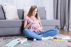 Muchacha que se siente mal en embarazo Fotos de archivo