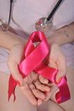 Muchacha que se sostiene en la cinta del rosa de la palma fotos de archivo libres de regalías