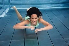 Muchacha que se zambulle bajo el agua en piscina imágenes de archivo libres de regalías