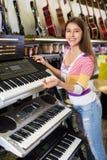 Muchacha que selecciona el teclado del control Imágenes de archivo libres de regalías