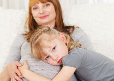 Muchacha que siente el vientre embarazada de su madre. Imagenes de archivo