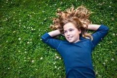 Muchacha que soña despierto en un campo Imagen de archivo libre de regalías