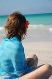 Muchacha que soña en una playa imágenes de archivo libres de regalías