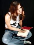 Muchacha que soña, escribiendo en un diario Imagen de archivo