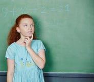 Muchacha que soluciona el problema de matemáticas en escuela Fotos de archivo libres de regalías
