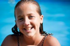 Muchacha que sonríe en la piscina Foto de archivo