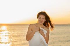 Muchacha que sonríe en la puesta del sol Fotografía de archivo
