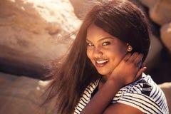 Muchacha que sonríe en naturaleza Foto de archivo libre de regalías