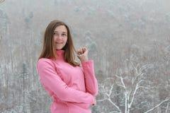 Muchacha que sonríe en una blusa rosada Imágenes de archivo libres de regalías
