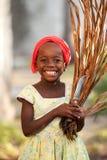 Muchacha que sonríe en Zanzíbar en luz del día imagenes de archivo