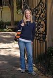 Muchacha que sonríe por la puerta en caída Foto de archivo libre de regalías