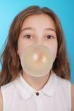 Muchacha que sopla una burbuja grande del chicle de globo Fotografía de archivo