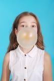 Muchacha que sopla una burbuja grande del chicle de globo Foto de archivo libre de regalías