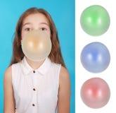 Muchacha que sopla una burbuja grande del chicle de globo Imagenes de archivo