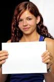 Muchacha que soporta una tarjeta en blanco Imagen de archivo