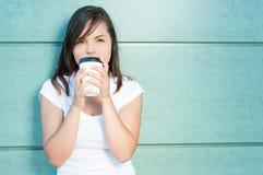 Muchacha que sorbe el café fresco y que es soñadora Imagenes de archivo
