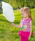 Muchacha que sostiene el caramelo de algodón Imagen de archivo libre de regalías