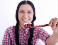 Muchacha que sostiene el cepillo de dientes con goma Imágenes de archivo libres de regalías
