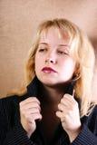 Muchacha que sostiene el collar de una capa grande Imagen de archivo libre de regalías
