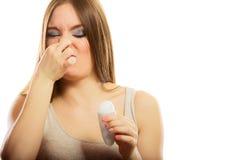 Muchacha que sostiene el desodorante del palillo disponible Fotografía de archivo