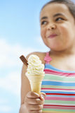 Muchacha que sostiene el helado del cono Imágenes de archivo libres de regalías