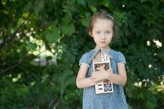 Muchacha que sostiene el hotel del insecto Foto de archivo libre de regalías