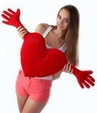 Muchacha que sostiene el juguete del corazón Foto de archivo libre de regalías