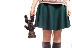 Muchacha que sostiene el juguete viejo Fotografía de archivo libre de regalías