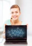 Muchacha que sostiene el ordenador portátil con los contactos de la red imagen de archivo libre de regalías