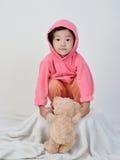 muchacha que sostiene el oso foto de archivo