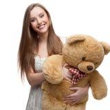 Muchacha que sostiene el oso suave del juguete Foto de archivo libre de regalías
