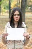 Muchacha que sostiene el papel en blanco Imagen de archivo libre de regalías