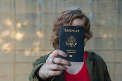 Muchacha que sostiene el pasaporte Imagen de archivo libre de regalías