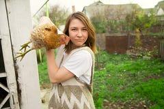 Muchacha que sostiene el pollo Fotos de archivo