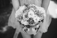 Muchacha que sostiene el ramo hermoso de la flor de la mezcla en caja redonda Foto de archivo libre de regalías