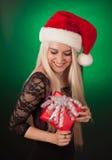 Muchacha que sostiene el regalo de la Navidad Fotografía de archivo libre de regalías
