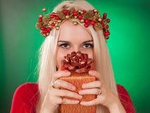 Muchacha que sostiene el regalo de la Navidad Imagen de archivo
