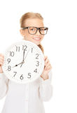 Muchacha que sostiene el reloj grande Fotos de archivo libres de regalías